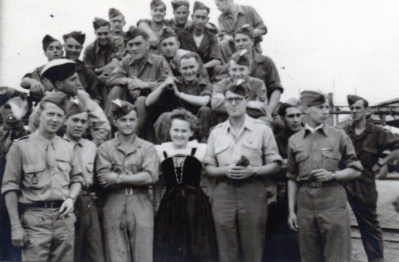 1945 07 14 le peloton caniot et sa marraine lors du defile a paris 18juin ou14 juil 45