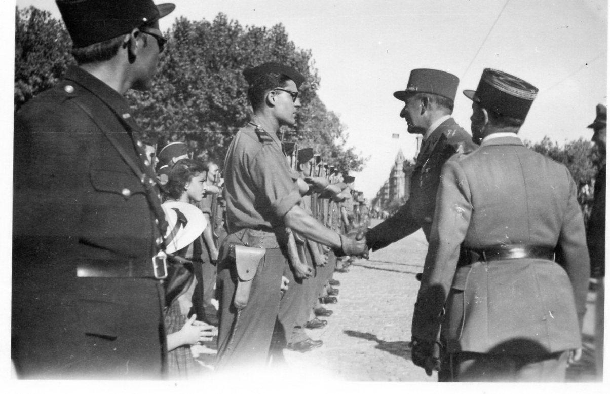 1945 08 anniversaire liberation de toulon toulon gal de lattre felicitant lt caniotet 2e peloton 4es cadron